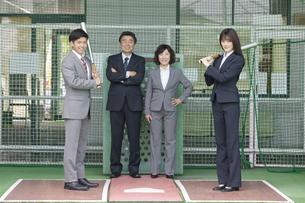 バッティングセンターにいるビジネス男女4人の写真素材 [FYI02813171]