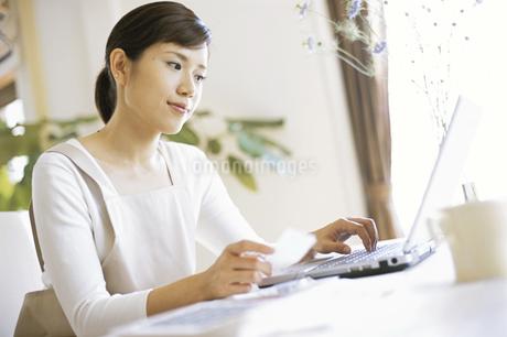 パソコンを見る女性の写真素材 [FYI02813180]