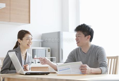説明をするビジネスウーマンと男性の写真素材 [FYI02813185]