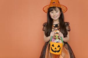 ハロウィンのお菓子を持つ女の子の写真素材 [FYI02813195]