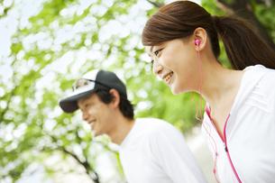 スポーツウェア姿の若いカップルの写真素材 [FYI02813198]