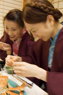 部屋食を食べる浴衣の女性2人の写真素材 [FYI02813213]