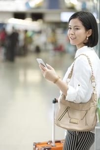 スマートフォンを持つ女性の写真素材 [FYI02813219]