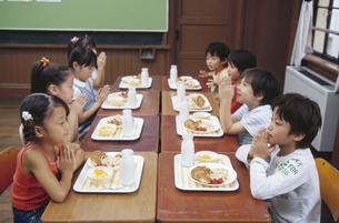 給食を食べる小学生の写真素材 [FYI02813220]