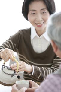 茶を注ぐ中高年夫婦の写真素材 [FYI02813226]