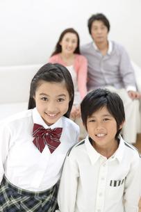 笑顔の姉と弟の写真素材 [FYI02813261]