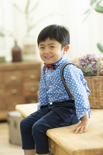 テーブルに座る男の子の写真素材 [FYI02813263]