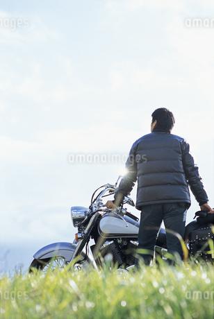 バイクと男性の写真素材 [FYI02813266]