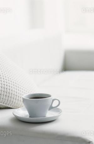 ソファーの上のティーカップの写真素材 [FYI02813267]