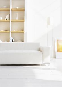 白いソファーのあるリビングルームの写真素材 [FYI02813279]