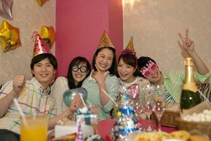 パーティーをする若者5人の写真素材 [FYI02813284]