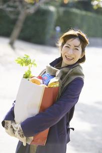 買い物袋を持つ中高年女性の写真素材 [FYI02813290]