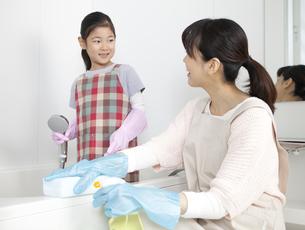 お風呂を掃除する女の子と母親の写真素材 [FYI02813293]