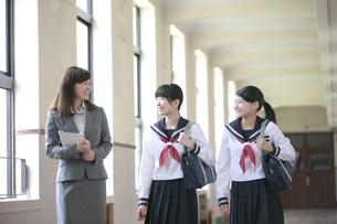 廊下で話をする先生と女子校生の写真素材 [FYI02813295]