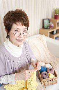 編み物をしている中高年女性の写真素材 [FYI02813297]