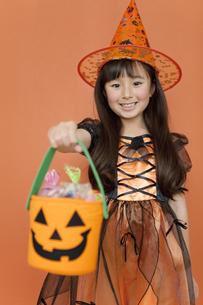 ハロウィンのお菓子を持つ女の子の写真素材 [FYI02813306]