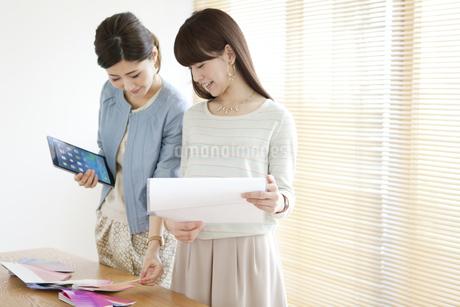 打ち合わせをする女性2人の写真素材 [FYI02813320]