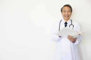 カルテを持っている男性医師の写真素材 [FYI02813327]