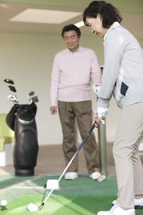 ゴルフをする熟年女性の写真素材 [FYI02813328]