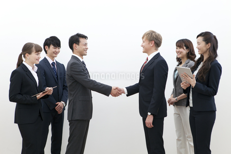 握手をするビジネスマンの写真素材 [FYI02813343]