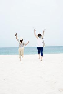 砂浜を走る女性2人の写真素材 [FYI02813359]
