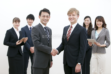 握手をするビジネスマンの写真素材 [FYI02813369]