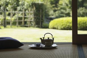 お茶と急須の写真素材 [FYI02813386]