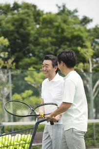 テニスをする男性2人の写真素材 [FYI02813406]