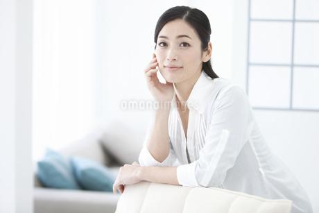ほおづえをつく女性の写真素材 [FYI02813429]