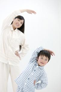 体操をする親子の写真素材 [FYI02813438]
