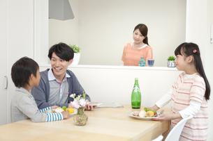 朝食の準備をする家族の写真素材 [FYI02813450]