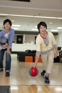 ボウリングをする若者2人の写真素材 [FYI02813454]