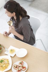 シャンパングラスを持つ女性と食卓の写真素材 [FYI02813467]