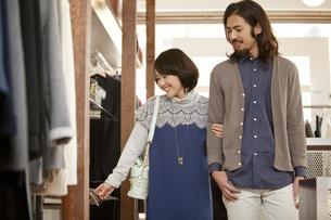 ショッピングをするカップルの写真素材 [FYI02813500]