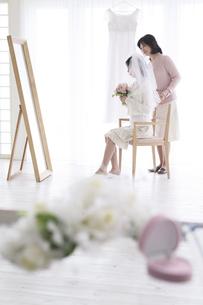 支度をする花嫁と母親の写真素材 [FYI02813508]