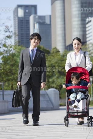 外出する家族の写真素材 [FYI02813530]