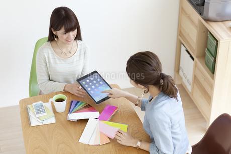 打ち合わせをする女性2人の写真素材 [FYI02813534]
