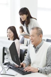 パソコン教室を受講する中高年男性の写真素材 [FYI02813535]