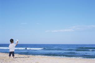 海を眺める男の子の写真素材 [FYI02813556]