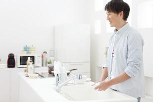 洗い物をする男性の写真素材 [FYI02813590]