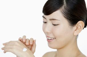 クリームを塗る女性の写真素材 [FYI02813593]
