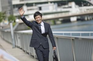手を振るビジネスマンの写真素材 [FYI02813596]