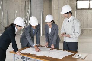 建設現場で打ち合わせをするビジネス男女の写真素材 [FYI02813606]