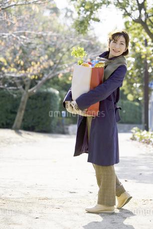 買い物袋を持つ中高年女性の写真素材 [FYI02813619]