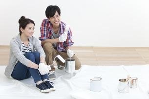 ペンキ塗りをする夫婦の写真素材 [FYI02813620]
