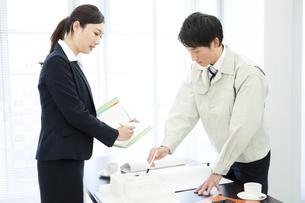 打ち合わせをするビジネスマンとビジネスウーマンの写真素材 [FYI02813624]