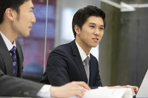 打ち合わせするビジネスマンの写真素材 [FYI02813659]