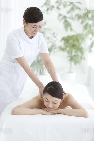マッサージを受ける女性の写真素材 [FYI02813666]