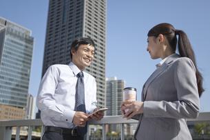 笑顔で話すビジネスマンとビジネスウーマンの写真素材 [FYI02813673]