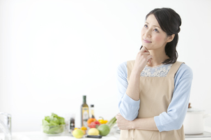キッチンで考えている女性の写真素材 [FYI02813677]